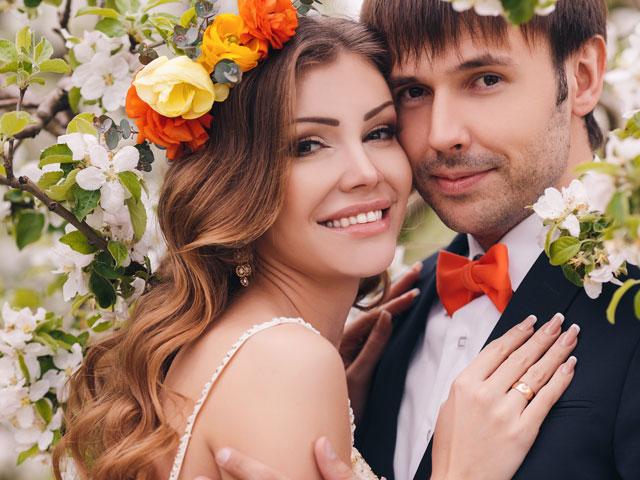 Brautpaar unter Kirschbaum